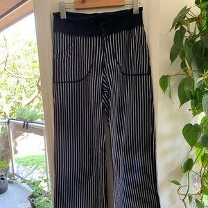 Lululemon wide leg pocket pants, size 2 navy/white